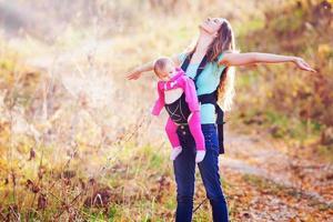 lyckligt barn och mamma utomhus på park foto