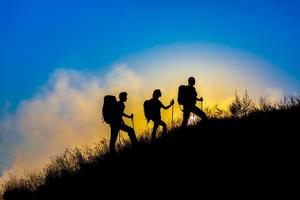 tre personer familj silhuetter på semester foto
