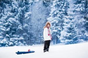 lyckligt barn som leker i snö foto