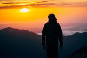ung man som står ensam utomhusreselivsstil foto