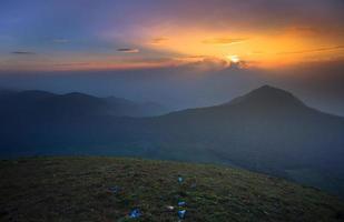 solnedgång vid berget