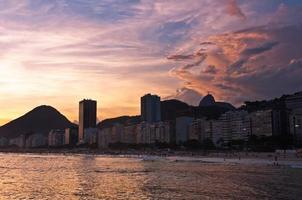 solnedgång i copacabana stranden foto