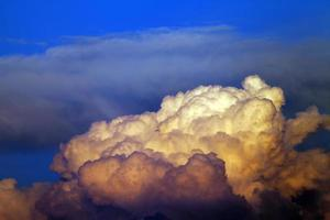 solnedgång molnig himmel
