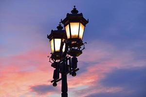 lykta vid solnedgången foto