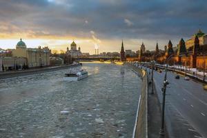solnedgång över Moskva-floden och kremlvallen vid vintern foto