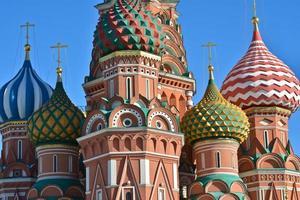 kupoler i St. basilika domkyrka på röda torget. foto