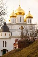 uspensky katedral (sobor) med gyllene kupoler, dmitrov, moskva re