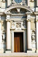 lombardy i arsizio kyrkan stängde tegel torn sida foto