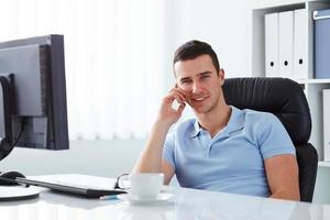 affärsman som pratar i telefon foto