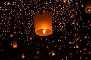 thailändska människor flytande lampa foto