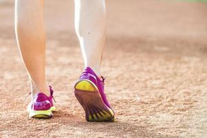 löpare idrottsman nen springer på tropisk park foto