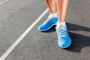 närbild av löpare sko - löpning koncept foto