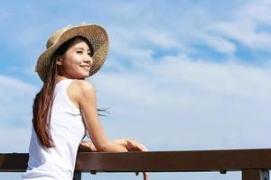 asiatiska människor vid havet foto