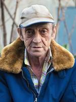 porträtt av en äldre man utomhus närbild foto