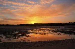 solnedgång på stranden foto