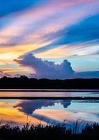 saltlösning vid solnedgången. foto