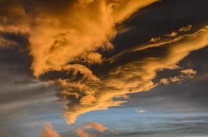 dramatiska solnedgångsmoln foto