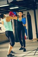 två kvinnor sparring foto