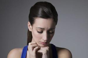 ung olycklig kvinna foto