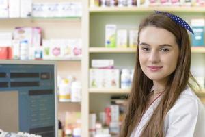 ung kvinnlig farmaceut foto