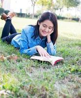 kvinnlig studentläsning foto