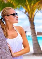 kvinnlig njuter av tropisk strand foto