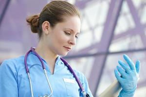 kvinnlig läkare med tablett foto