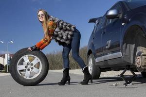 kvinnlig förare reparerar bilen foto