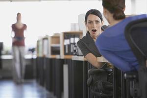 kvinnliga affärskollegor som skvallrar foto