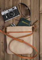 kvinnlig väska med saker foto