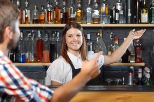 kvinnlig bartender på jobbet foto