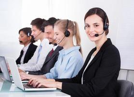 glad kvinnlig telefonarbetare foto