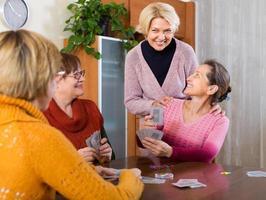 kvinnliga pensionärer som spelar kort foto