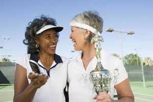 två kvinnliga tennisspelare foto