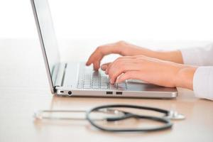 kvinnlig läkare med dator foto