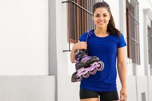 söt kvinnlig skridskoåkare leende