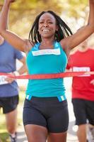kvinnlig löpare som vann maraton foto