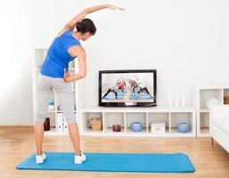 kvinnlig gör fitnessövning foto