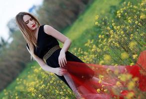 kvinna av gula blommor foto