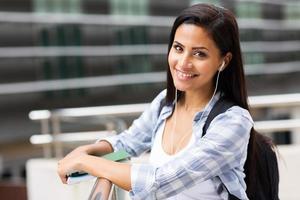 kvinnlig högskolestudent på campus foto