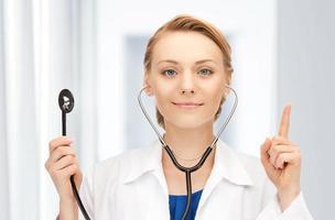 attraktiv kvinnlig läkare med stetoskop foto