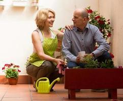 kvinnlig blomsterhandlare med klienten foto