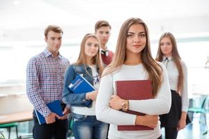 kvinnlig student som står i klassrummet foto