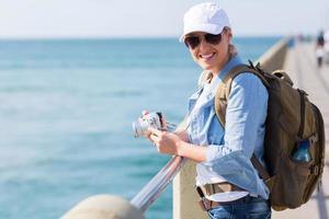 kvinnlig turist som tycker om semestersemester foto