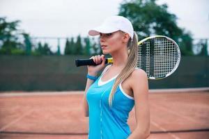 söt kvinnlig tennisspelare foto