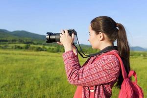 kvinnlig turist fotograferar på kameran foto