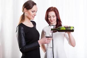 kvinnliga vänner som dricker rött vin foto