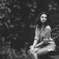 kvinnligt gataporträtt med lockigt hår foto