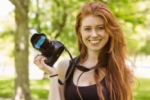 vacker kvinnlig fotograf på parken foto