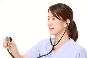 japansk kvinnlig läkare med stetoskop foto